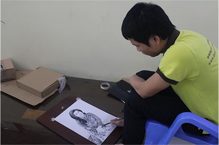 Chàng trai vẽ bằng… chân