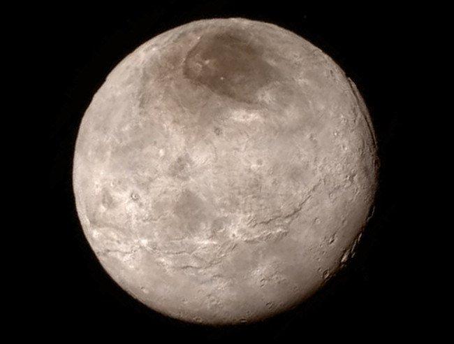 Sao Diêm Vương và các mặt trăng của nó quay quanh mặt trời nằm gần rìa của hệ Mặt trời.