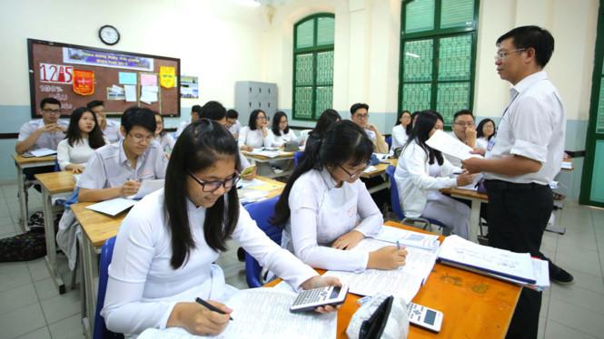 Thầy trò Trường THPT Lê Quý Đôn (TP.HCM) làm đề thi tham khảo môn hóa trong sáng 15.5 /// Ảnh: Ngọc Dương