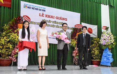 BGH SUBARU tặng hoa cho Lãnh sự quán Nhật Bản tại TPHCM