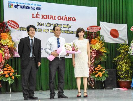 BGH Nhật Ngữ Ngôi Sao Xanh tặng hoa cho PGĐ Sở GDĐT TPHCM