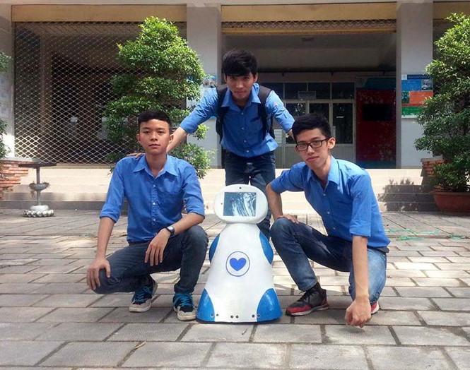 Sinh viên chế tạo robot phục vụ gia đình
