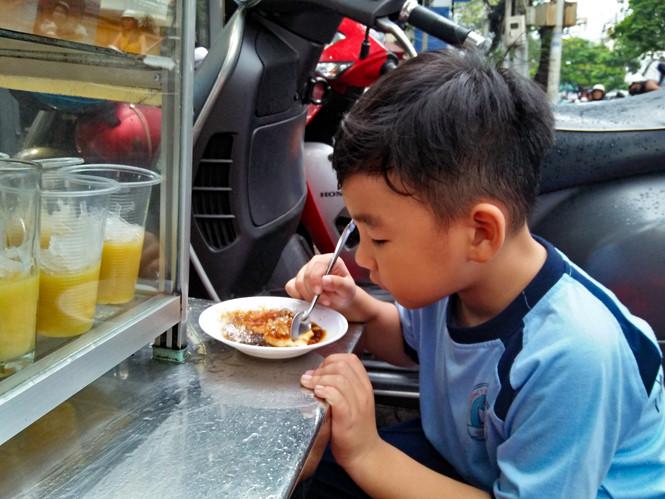 ... TP HCM), quán chè của bà Đỗ Thị Thúy đã trở thành món ăn quen thuộc đối  với nhiều người Sài Gòn bởi hương vị qua 12 năm vẫn không thay đổi.