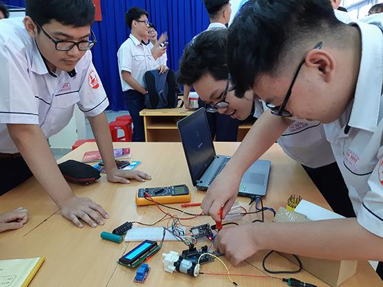 Một nhóm học sinh đang thiết kếmáy bơm trong giờtin học