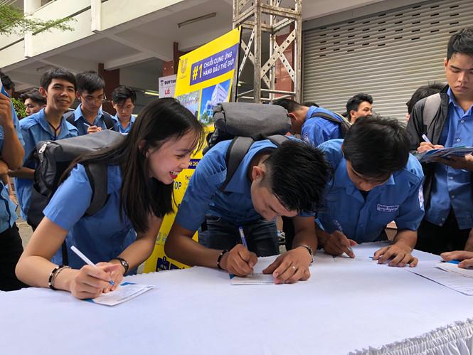 Học sinh Trường CĐ Kỹ thuật Cao Thắng (TP.HCM) được nhiều doanh nghiệp quan tâm trong các ngày hội việc làm  /// Ảnh: Mỹ Quyên
