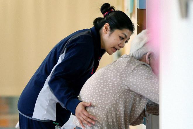 Một điều dưỡng Philippines làm việc tại Tokyo /// Ảnh chụp màn hình Mainichi