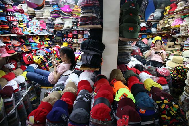 """Nhiều sạp kinh doanh tại chợ đầu mối ở TP.HCM có doanh thu """"khủng"""" nhưng vẫn đóng thuế khoán /// Ảnh: Ngọc Dương"""