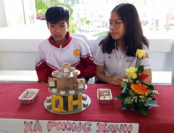 Nguyễn Gia Phương (trưởng nhóm) cùng Lê Văn Nhân Kiệt (trái) trong một buổi giới thiệu xà phòng thiên nhiên của nhóm