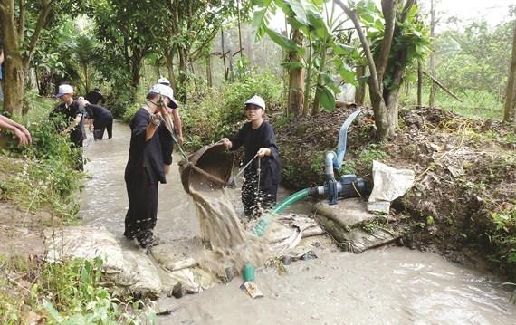 Du khách được trải nghiệm tát nước bắt cá tại khu du lịch sinh thái nông nghiệp