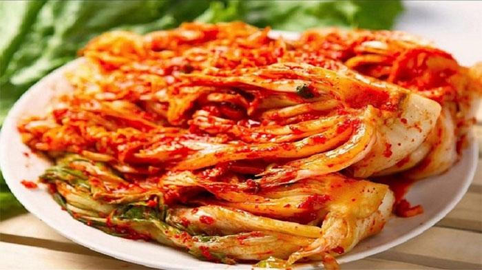 Kim chi có thể ăn riêng như một món hoặc sử dụng trong các món hầm, nấu canh hoặc mì.