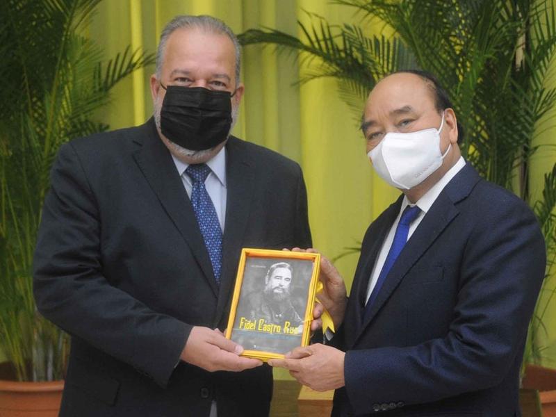 Chủ tịch nước Nguyễn Xuân Phúc tặng Thủ tướng Manuel Marrero Cruz cuốn sách Fidel Castro Ruz -  Nhà cách mạng quốc tế vĩ đại /// Ảnh: TTXVN